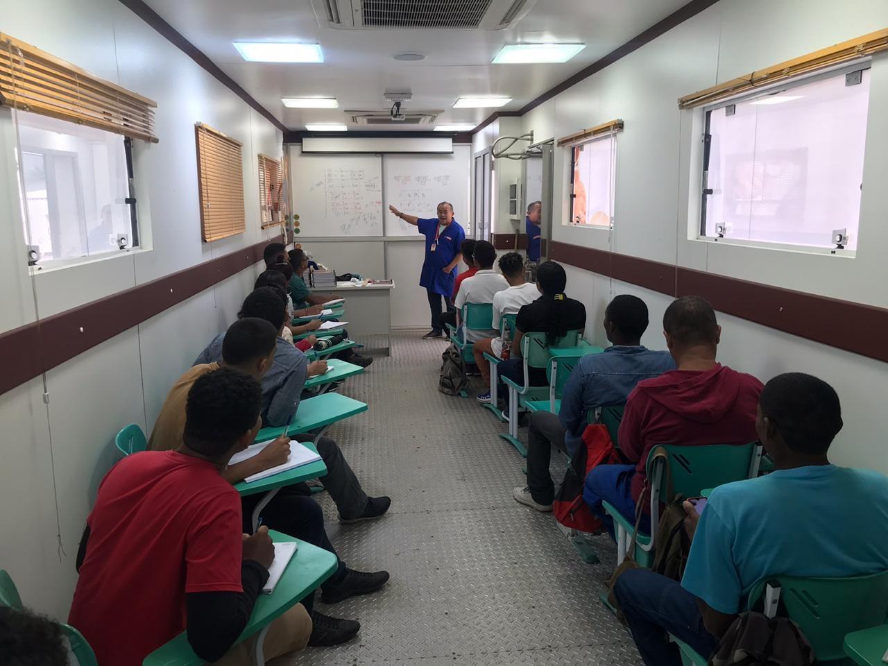 Moradores do Cajueiro recebem cursos profissionalizante gratuitos, oferecidos pelo projeto Comunidade Ativa