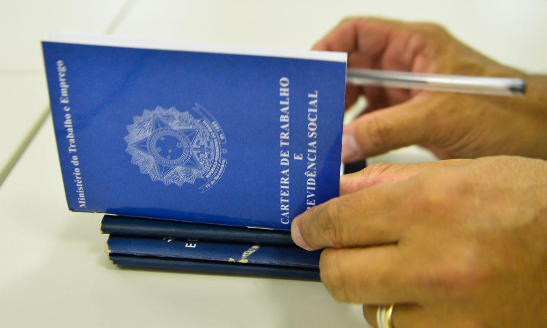Brasil perde 1,1 milhão de vagas com carteira assinada em dois meses